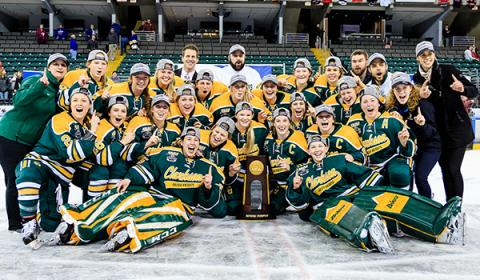 2017 Women's Hoskey Team with the 2017 NCAA Frozen Four Trophey